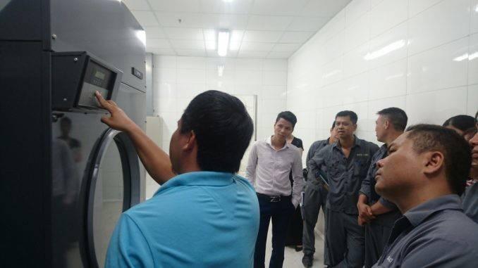 vận hành máy giặt công nghiệp cho khách sạn